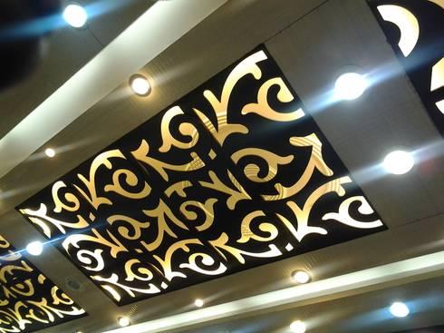 Mangla's Dining Ceiling: modern Dining room by Designelle