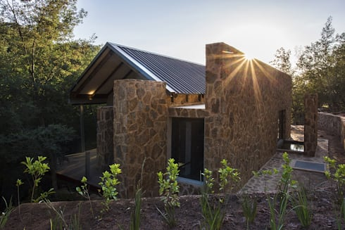 AKABEKO LODGE: country Houses by Studious Architects