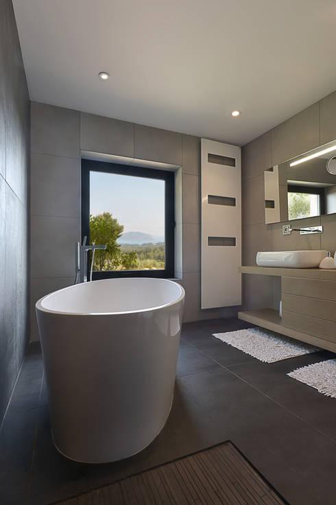 Réinvention Maison / La Cadière d'Azur: Salle de bains de style  par Atelier Jean GOUZY