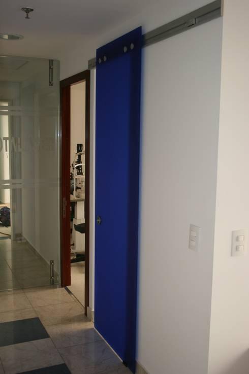 PROYECTO BOGOTÁ LASER: Pasillos y vestíbulos de estilo  por bdl concept/studio