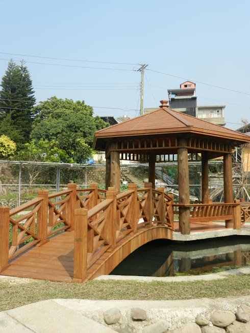 六角涼亭及拱橋:  庭院 by 山田小草木作場