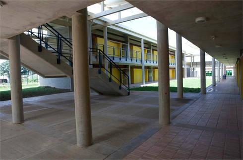 Colegio La Reliquia: Pasillos y vestíbulos de estilo  por MRV ARQUITECTOS