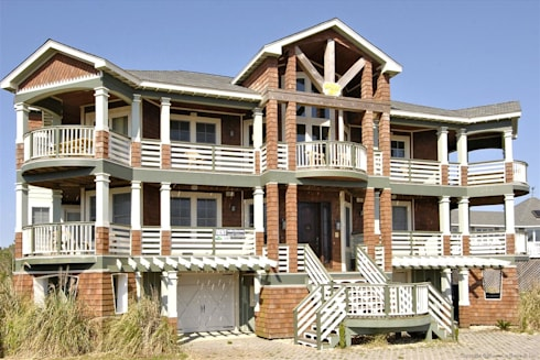 Savannah Dawn rental home facade: modern Houses by Outer Banks Renovation & Construction