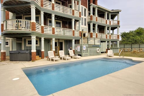 Savannah Dawn—6000 sq.ft. Vacation Rental in Southern Shores, NC: modern Houses by Outer Banks Renovation & Construction