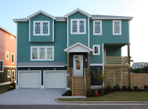 Collins Model Home facade seen from the Street: modern Houses by Outer Banks Renovation & Construction
