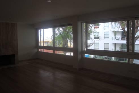 Casa AM San Isidro: Salas / recibidores de estilo moderno por Arquitotal SAC