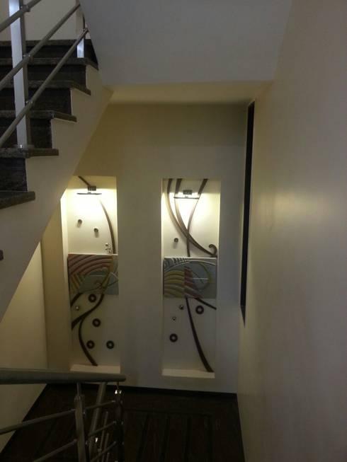 DOCTORS RESIDENCE:  Corridor & hallway by YOJNA ARCHITECTS