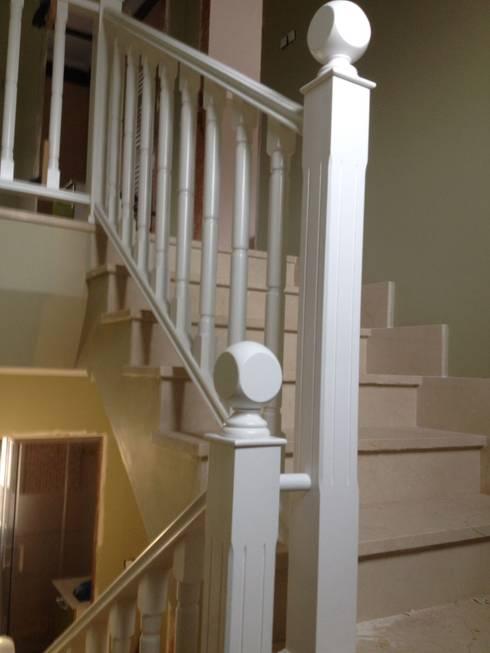 Vestíbulos, pasillos y escaleras de estilo  por Cooperativa de la madera 'Ntra Sra de Gracia'