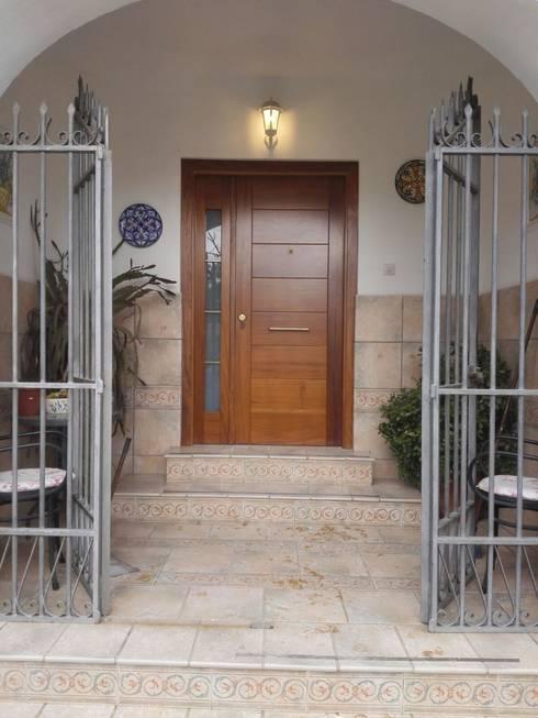 Puertas y ventanas de estilo ecléctico por Cooperativa de la madera 'Ntra Sra de Gracia'