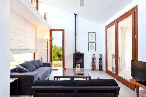 Single family house in Moscari: modern Living room by Tono Vila Architecture & Design