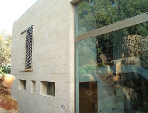 Refurbishment of existing house en Genova: modern Houses by Tono Vila Architecture & Design