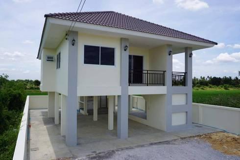 """บ้านชั้นเดียวยกพื้นสูง แบบไทยประยุกต์กึ่งโมเดิร์น """"แบบบ้านอิทธิกร 7"""":   by บริษัท อิทธิกร การช่าง จำกัด"""