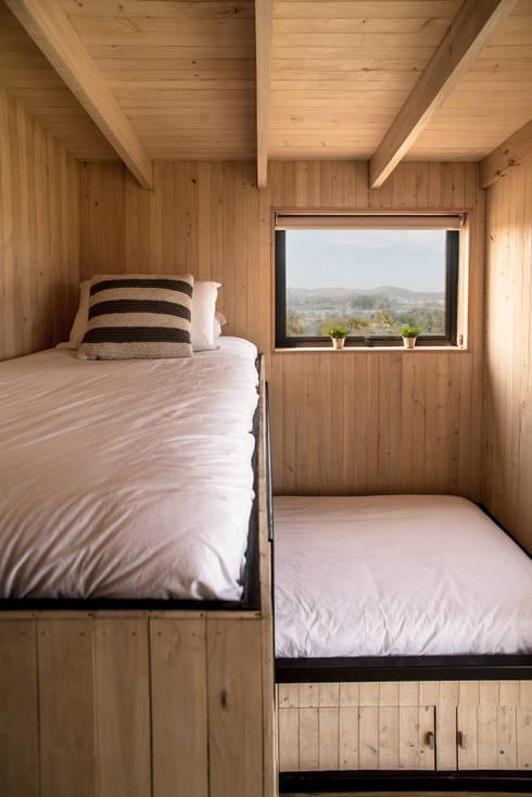 The Folding House: Comedores de estilo moderno por B+V Arquitectos