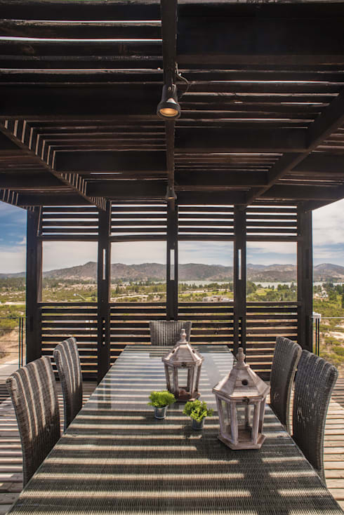 The Folding House: Terrazas  de estilo  por B+V Arquitectos