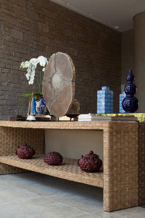 غرفة المعيشة تنفيذ Viviane Bertolini Designer de Interiores