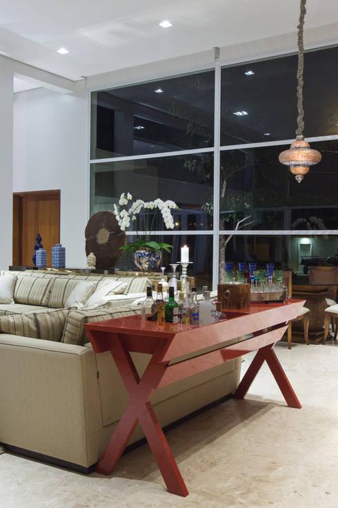 Living room by Viviane Bertolini Designer de Interiores
