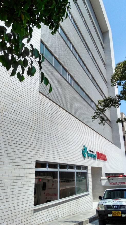 Ampliación Clínica la Merced, torre B.: Clínicas de estilo  por Grupo Moix SAS