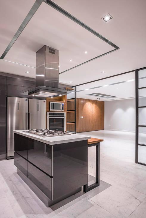 Tamarindos - Sobrado + Ugalde Arquitectos: Cocinas de estilo moderno por Sobrado + Ugalde Arquitectos