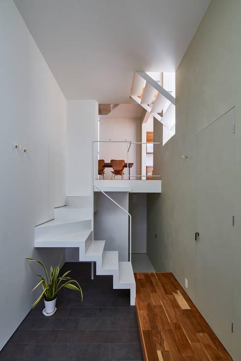 玄関: 武藤圭太郎建築設計事務所が手掛けた廊下 & 玄関です。