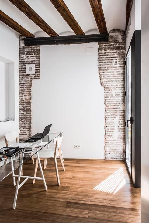 rehabilitación de vivienda en el carmen: Estudios y despachos de estilo mediterráneo de versea arquitectura