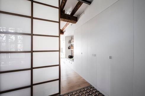 rehabilitación de vivienda en el carmen: Dormitorios de estilo mediterráneo de versea arquitectura