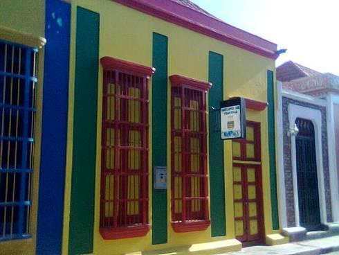 VIVIENDA PATRIMONIAL GRUPO DE TEATRO MAMPARA: Casas de estilo colonial por ESTUDIO DE ARQUITECTURA C.A