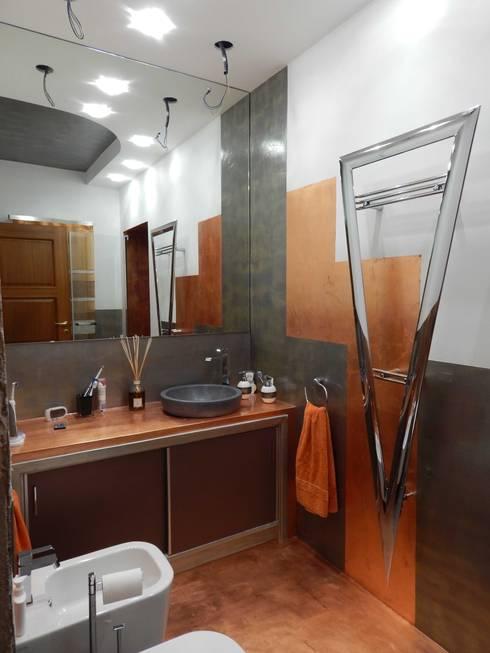 RIVESTIMENTO DECORATIVO BAGNO: Bagno in stile in stile Moderno di Meraki di Irene Mancini