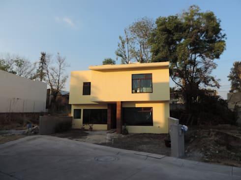 Fachada principal de la vivienda.: Casas de estilo moderno por Habitaespacio