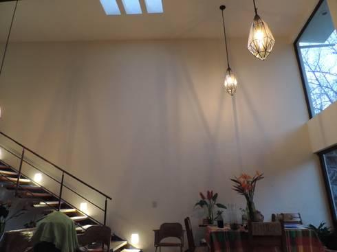 Sala - comedor de la vivienda: Salas de estilo moderno por Habitaespacio