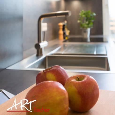 Moderne Einbauspüle aus Edelstahl: moderne Küche von ARTfischer Die Möbelmanufaktur.