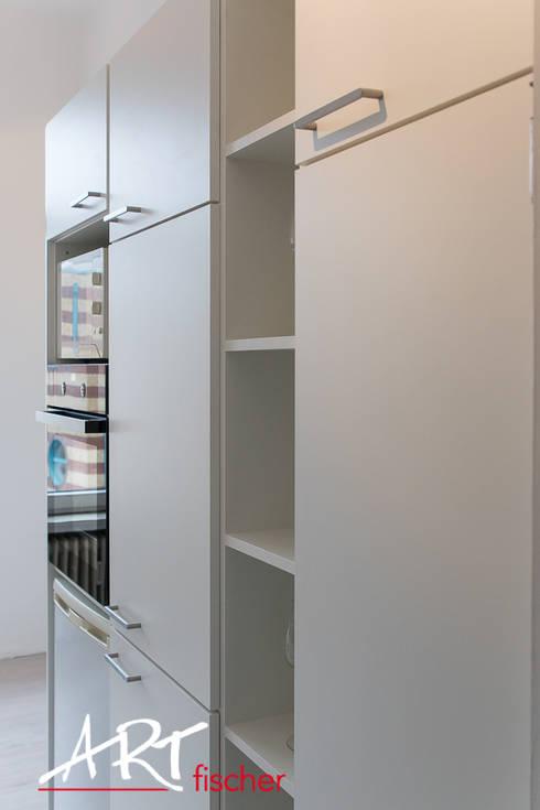 Küchenblock mit Elektrogeräten: moderne Küche von ARTfischer Die Möbelmanufaktur.