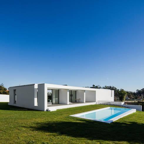 Vista do exterior - piscina: Piscinas minimalistas por Raulino Silva Arquitecto Unip. Lda