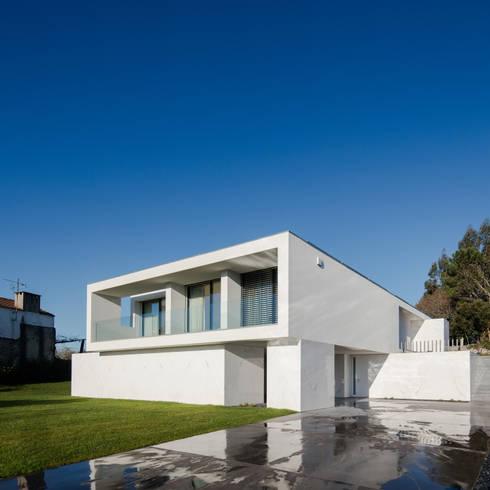 Vista do exterior: Casas minimalistas por Raulino Silva Arquitecto Unip. Lda