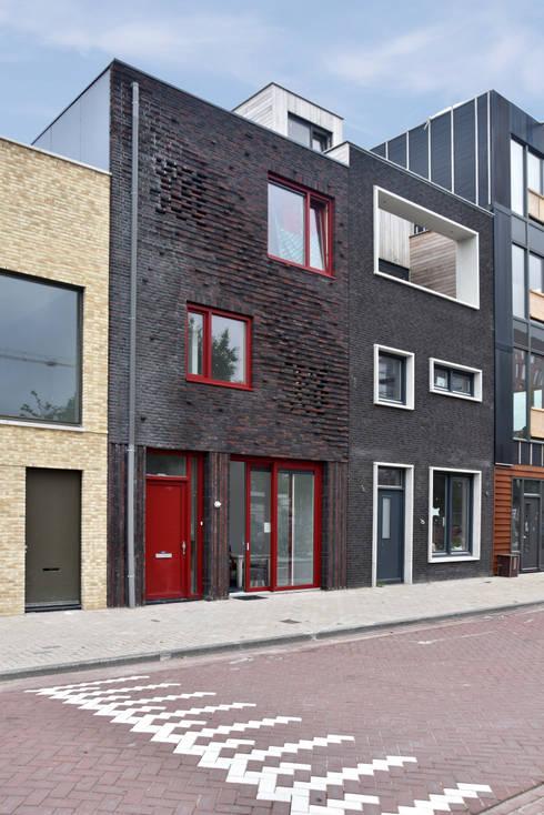 Energieneutrale woning Buiksloterham: moderne Huizen door CUBE architecten