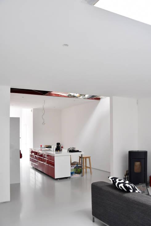Energieneutrale woning Buiksloterham: moderne Woonkamer door CUBE architecten