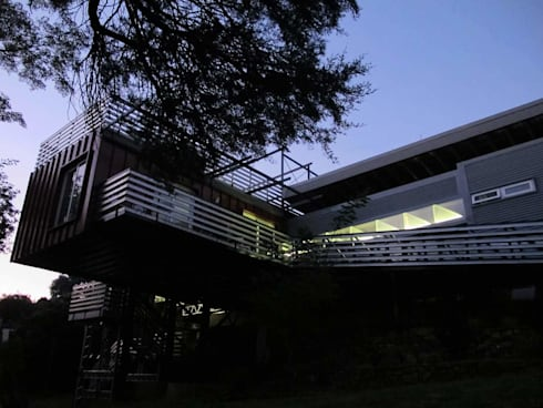 Lighweight house at night: modern Houses by A4AC Architects