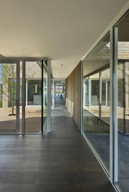Couloir et hall d'entrée de style  par VAN ROOIJEN ARCHITECTEN
