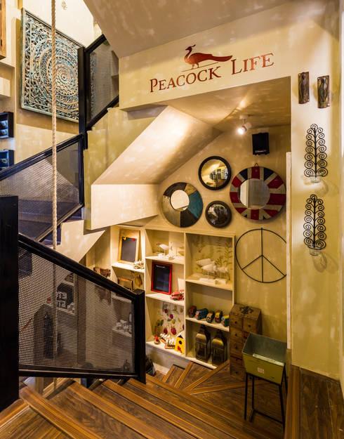 PEACOCK LIFE SHOWROOM:  Corridor & hallway by Turiya Lifestyle LLP