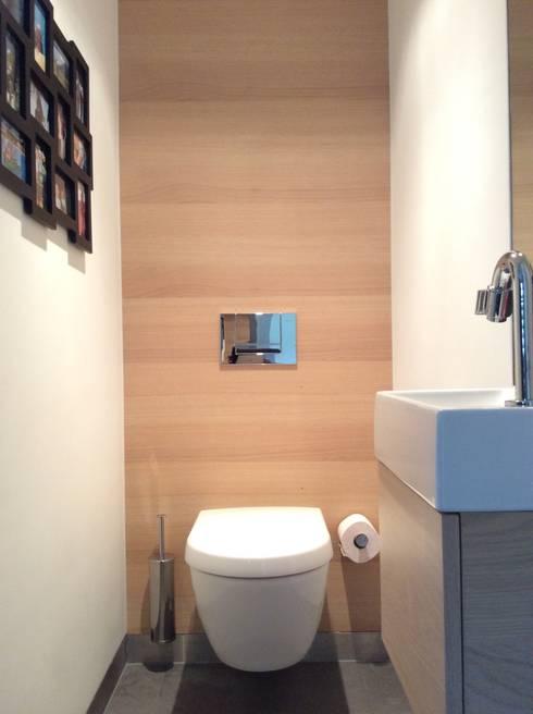 Toilet op de begane grond: moderne Badkamer door Studio Inside Out