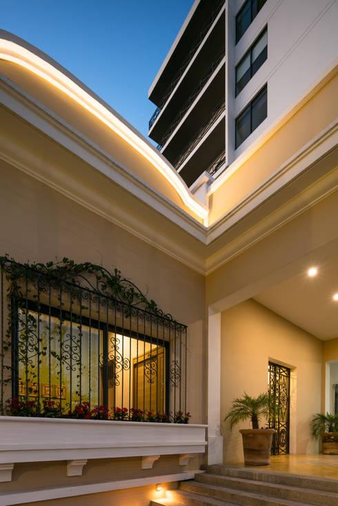 EDIFICIO CASA CORONADO: Pasillos y recibidores de estilo  por Trama Arquitectos