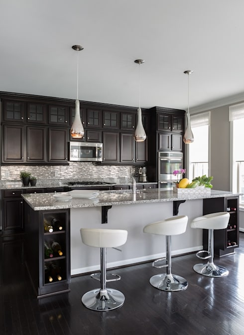 Viva Vogue - Kitchen:  Kitchen by Lorna Gross Interior Design