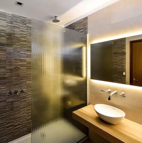 Casa en Rumencó: Baños de estilo moderno por id:arq