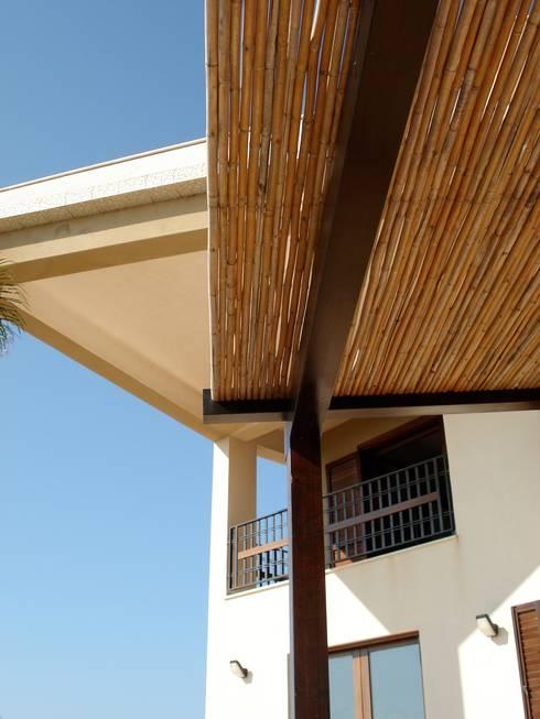 overkapping op het terras:  Balkon, veranda & terras door MEF Architect
