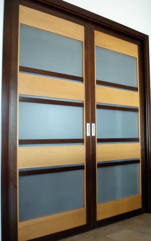 schuifdeur bij de woonkamer:  Ramen & deuren door MEF Architect