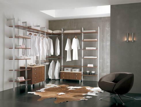 walk- in closet Sistema Trim: Vestidores de estilo minimalista por WARDROBE