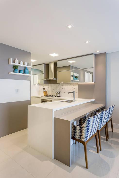 مطبخ تنفيذ Juliana Agner Arquitetura e Interiores