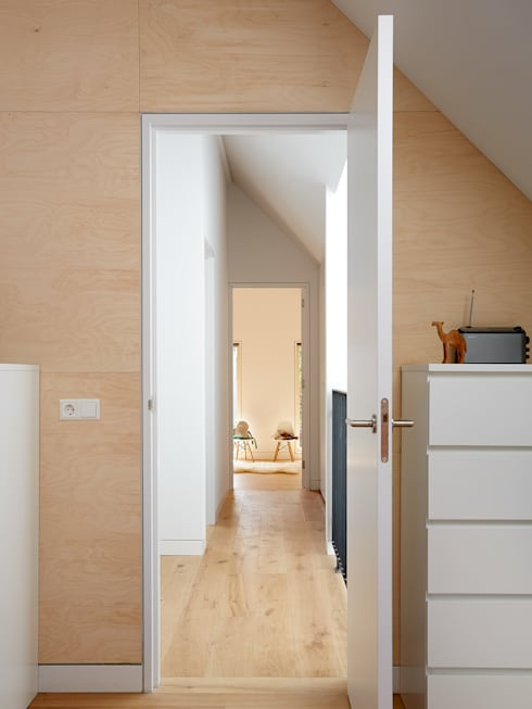 Wenslauer House:  Bedroom by 31/44 Architects