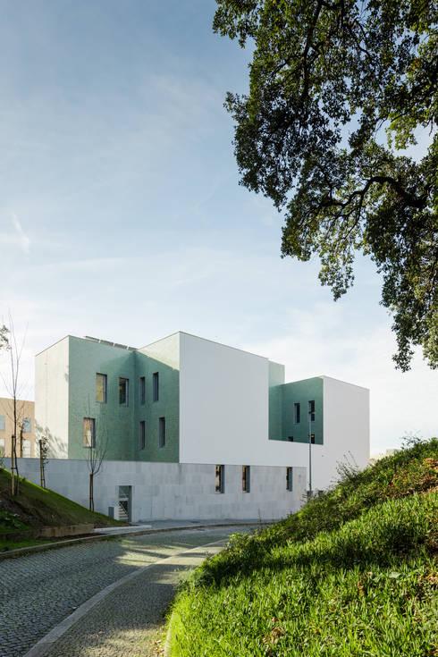 Casa Acreditar Porto: Casas  por atelier do cardoso