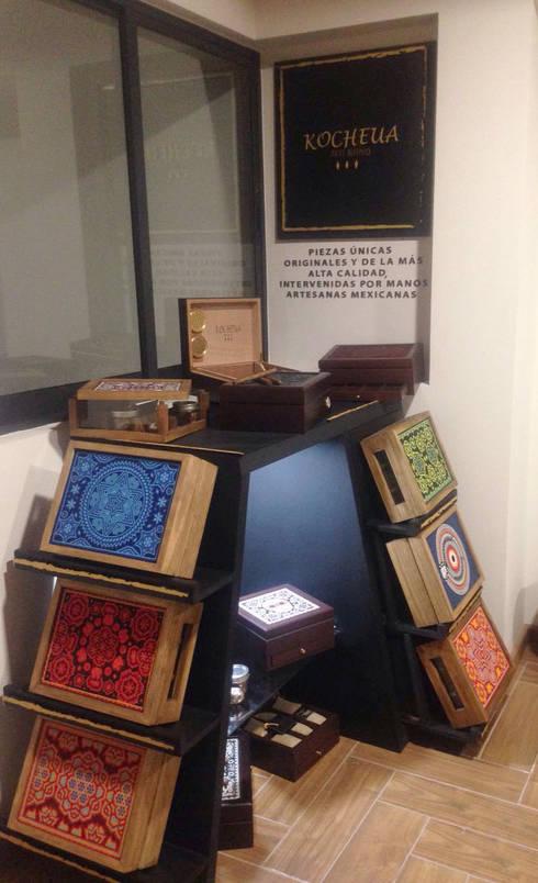 Mueble exhibidor Kocheua. : Oficinas y tiendas de estilo  por Perfil Arquitectónico