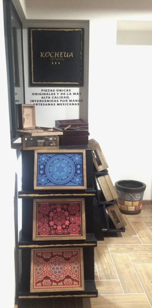 Lateral: Mueble exhibidor Kocheua. : Oficinas y tiendas de estilo  por Perfil Arquitectónico